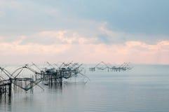 与渔网在talanoi, pattalung泰国的传染性的鱼 免版税库存照片