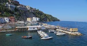 与渔船和colorfull房子的小避风港通过del Mare位于索伦托 免版税库存图片