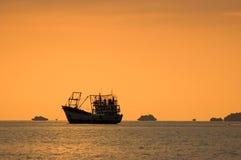 与渔船在日落, Lipe海岛的海景, 图库摄影