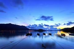与渔船的日出海岸 免版税库存照片