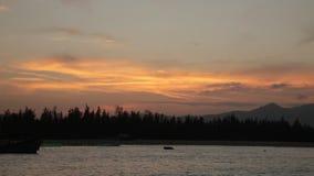与渔船的日落天空 股票录像