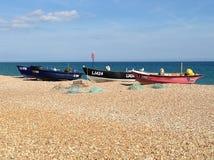 与渔船的海滩场面 图库摄影