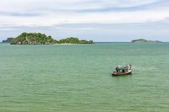 与渔船的海风景 库存图片
