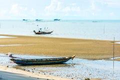 与渔船的海滩在海 库存照片