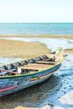 与渔船的海滩在海 免版税库存图片