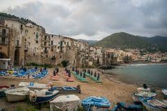 与渔船的Cefalu老镇海滩清早 免版税图库摄影