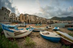 与渔船的Cefalu老镇海滩清早 库存照片