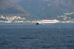 与渡轮和巡洋舰的伊古迈尼察口岸 免版税图库摄影