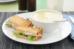 与温和的汤和三明治 免版税库存照片