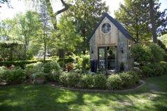 与温室的好的后院设计 图库摄影