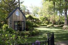 与温室的美好的后院设计 免版税库存照片