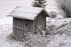 与温度的夜之前和客舱结冰的森林下降到16在零以下 图库摄影