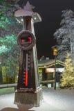 与温度计的北极圈标志在圣诞老人住所 库存图片