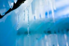 与温暖的光反射的冷的宜人的冰柱背景 库存图片