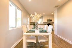 与温暖的光的厨房用桌在加利福尼亚房地产 库存照片