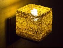 与温暖的光的壁灯在屋子内部里 库存图片