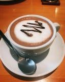 与温暖的光的热巧克力 免版税图库摄影