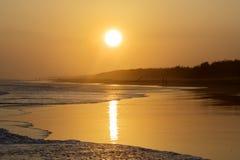与温暖的日落的热带海滩在黄昏时间 免版税库存图片
