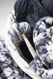 与温暖的毯子的柳条筐和编织在它 免版税库存图片