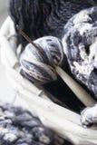 与温暖的毯子的柳条筐和编织在它 库存图片