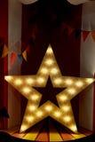 与温暖的黄灯的星木头 荣耀的片刻 免版税库存图片