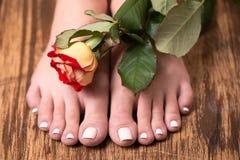 与温泉修脚的女性脚和上升了 免版税库存照片