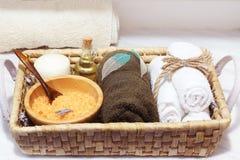 与温泉治疗集合、海盐、芳香油、用被概略记述的叶子和软的毛巾的柳条筐装饰的石头、蜡烛 免版税库存图片