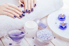 与温泉精华的美好的蓝色修指甲 免版税库存照片