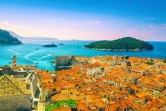 与港口和绿色海岛,达尔马提亚,克罗地亚的美丽如画的杜布罗夫尼克都市风景 免版税库存照片