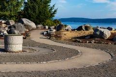 与港口的曲折的有风人行道道路足迹 图库摄影