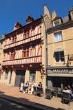 与游人、纪念品店和咖啡馆的都市风景在诺曼底,法国的巴约,卡尔瓦多斯中世纪村庄部门 库存照片