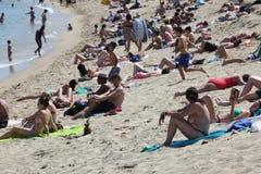 与游人和本机的拥挤海滩s的 库存图片