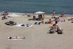 与游人和本机的拥挤海滩s的 免版税库存图片