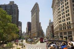 与游人的平的铁大厦门面在公共汽车上 新的美国约克 免版税库存照片