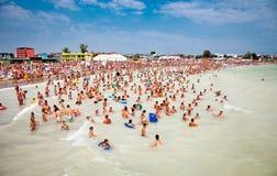 与游人的拥挤海滩在Costinesti,罗马尼亚 免版税库存图片