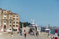 与游人的正方形在威尼斯,意大利 免版税库存照片