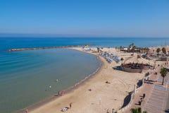 与游人的海滩 地中海,内塔尼亚,以色列 图库摄影