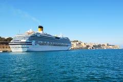 与游人的肋前缘Fascinosa游轮在港口 免版税库存图片
