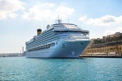 与游人的肋前缘Fascinosa游轮在港口 免版税图库摄影