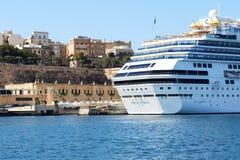 与游人的肋前缘Fascinosa游轮在港口 库存照片