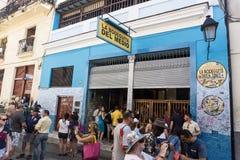 与游人的街道视图在La Bodega de Medio,多数著名酒吧前面在古巴,一般旅行成象 库存图片