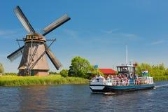 与游人的观光的小船Kinderdijk的 免版税库存图片