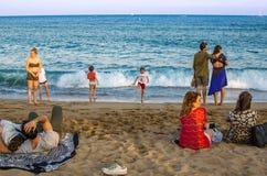 与游人的巴塞罗那海滩 免版税库存照片