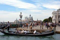 与游人的Gondolieri在威尼斯-意大利 免版税库存照片