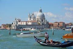 与游人的Gondolieri在威尼斯-意大利 免版税库存图片