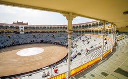 与游人gatheri的Plaza de Toros de Las Ventas内部景色 免版税库存照片