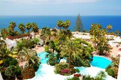 与游泳池和海滩的度假区 免版税图库摄影