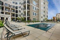 与游泳池和露台区域的居民住房 库存照片