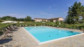 与游泳池在托斯坎乡下,蓬泰代拉,比萨,托斯卡纳,意大利的美好的手段 库存照片