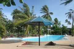 与游泳池的一个遮光罩与在一家旅馆附近的清楚的大海和密林pamls在酸值苏梅岛海岛在泰国 库存照片